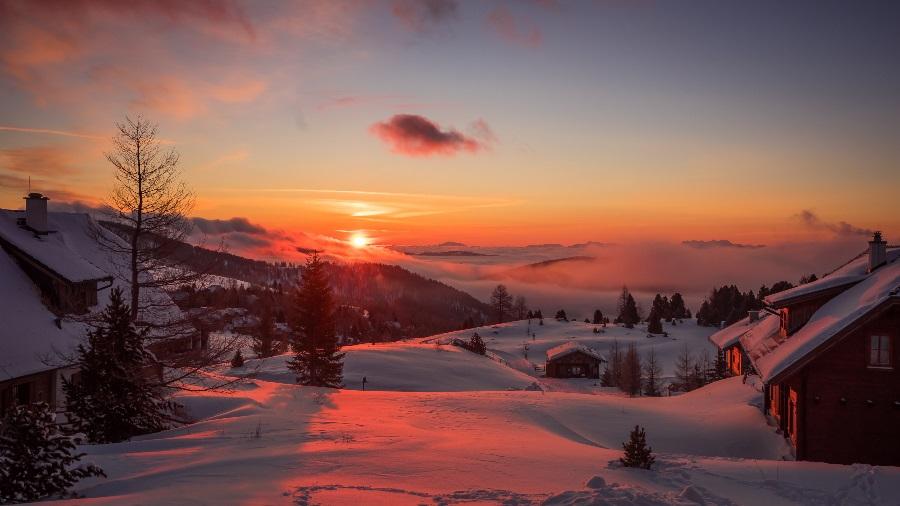 The-sun-set-falls-on-winter-snow