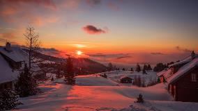 The-sun-set-falls-on-winter-snow